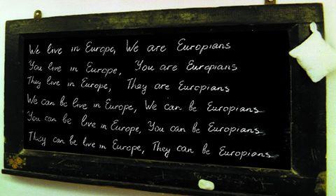 fotografia colori, Frase scritta con gesso bianco su una lavagna nera: Noi viviamo in Europa, Noi siamo europei