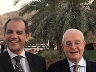 Foto a colori, esterno, due uomini in giacca e cravatta, sinistra Mahoomod Daylami, Segretario Generale del Consiglio dell'Alluminio del Golfo, destra Mario Conserva, specialista e ricercatore
