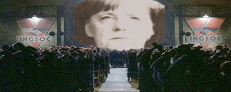 """Angela Merkel versione """"1984"""" di Gerge Orwell, la sua faccia è proiettata sullo schermo davanti ai suoi sudditi."""