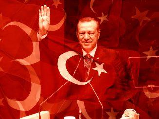 fotomontaggio raffigurante Recep Tayyip Erdoğan, la bandiera degli Usa e quella della Turchia, su fondo rosso