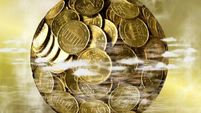 Sfera compressa di monete da 20 centesimi di euro rappresentanti il globo terrestre