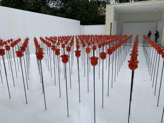 Distesa su campo bianco di rose rosse da ciascuna delle quali spunta un coltello