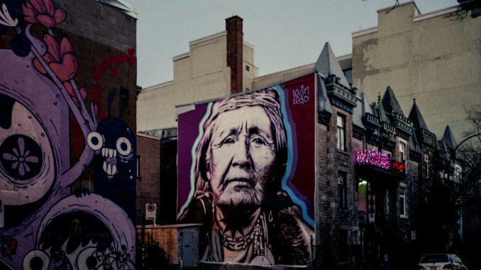Murales donna indiana pellirossa stile pop in ambiente urbano di periferia