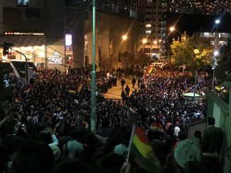 Una folla di persone manifestano contro Morales, alla presenza delle forze dell'ordine