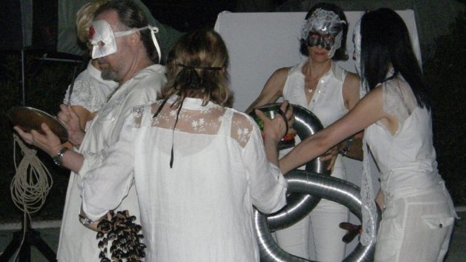 fotografia, colori, performance artistica di Vitaldo Conte, 3 donne e 1 uomo vestiti di bianco con volto mascherato, antica tradizione del tatro di Dioniso