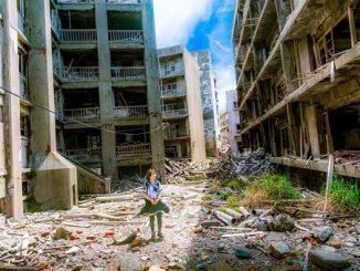 L'immagine mostra una ragazza al centro di una via di una città moderna in rovina, abbandonata dopo l'epidemia di Covid 19 Ai lati e sullo sfondo diversi palazzi diroccati occludono l'orizzonte tranne per un piccolo lembo di cielo in alto.
