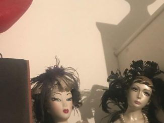 picture, colours, 2 female dolls in black, black hair, geisha-like make-up, white background