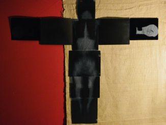 Opera installazione dell'artista Feuei Tola. Su un fondo per un terzo di colore rosso e due terzi giallo chiaro, è costruito un corpo umano attraverso radiografie dello scheletro.