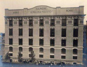 Foto d'epoca che mostra la facciata del palazzo dei primi anni del 1900 che ancora ospita il Pastificio Cerere.