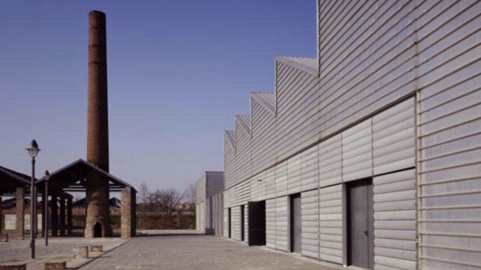La ciminiera della ex Fonderia Limone, a sinistra; a destra la struttura principale ora riconvertita on centro polifunzionale.