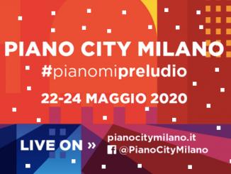 La locandina di Piano City Milano: scritta bianca su fondo arancione e rosso, recante il nome dell'evento la data e gli indirizzi dai quali assistere all'evento online