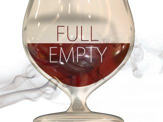 disegno di un calice pieno per metà di vino rosso. Sulla parte occupata dal vino leggiamo la scritta empty, sulla parte vuota leggiamo la scritta full