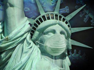 Il virus della pandemia, che viene dalla Cina, fa da sfondo alla Statua della libertà che indossa una mascherina protettiva.