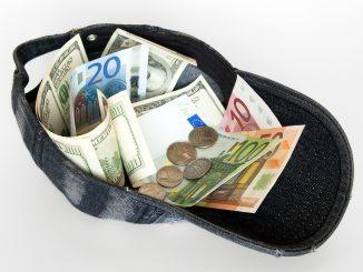 Un debito pubblico condiviso in Europa? immagine di un capellino rovesciato pieno di banconote