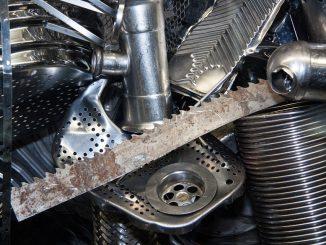 L'immagine mostra una serie di frammenti di oggetti metallici tra cui una lama seghettata, una rete metallica, un tubo, un pedale ed un barilotto zincato