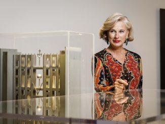 Fotografia della Presidente del MAXXI, Giovanna Melandri, all'interno del museo, accanto a un'opera d'arte.
