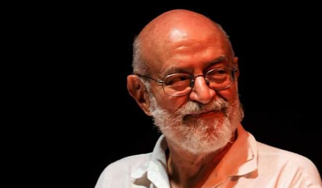 L'immagine mostra il poeta Antonio Bruni in camicia bianca su fondo nero