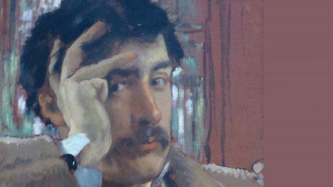 Ritratto dal volto in su di un uomo con capelli scuri e baffi. L'uomo punta lo sguardo verso lo spettatore e sostiene la fronte con la mano sinistra