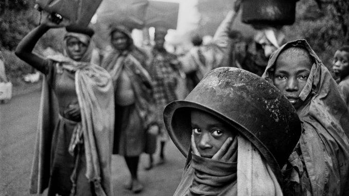 l'immagine in bianco e nero ritrae un gruppo di profughi dello Zaire, tra cui una bambina