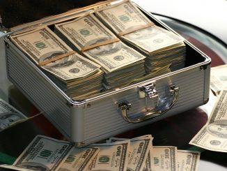 Crisi economica dopo coronavirus: foto valigetta con banconote