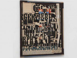 nella foto a colori si vede un manifesto collage con tante parole nere