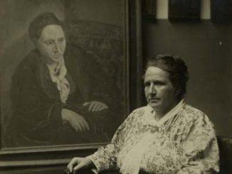 Getrude Stein accanto al suo ritratto dipinto da Picasso