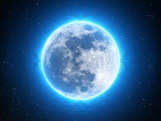 pianeta circondato da un alone di luce e da un cielo stellato