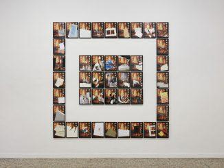 Fotografia di un'opera di Giulio Paolini: la stessa immagine modificata, e ripetuta, costruisce una cornice intorno a un centro di altre immagini simili.