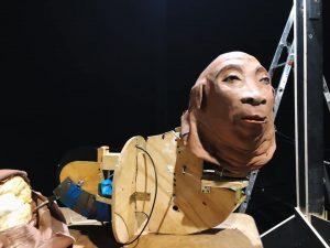 Fotografia di un pupazzo che Marta Cuscunà porterà in scena, ibrido fra animale e uomo, in fase di realizzazione in laboratorio.