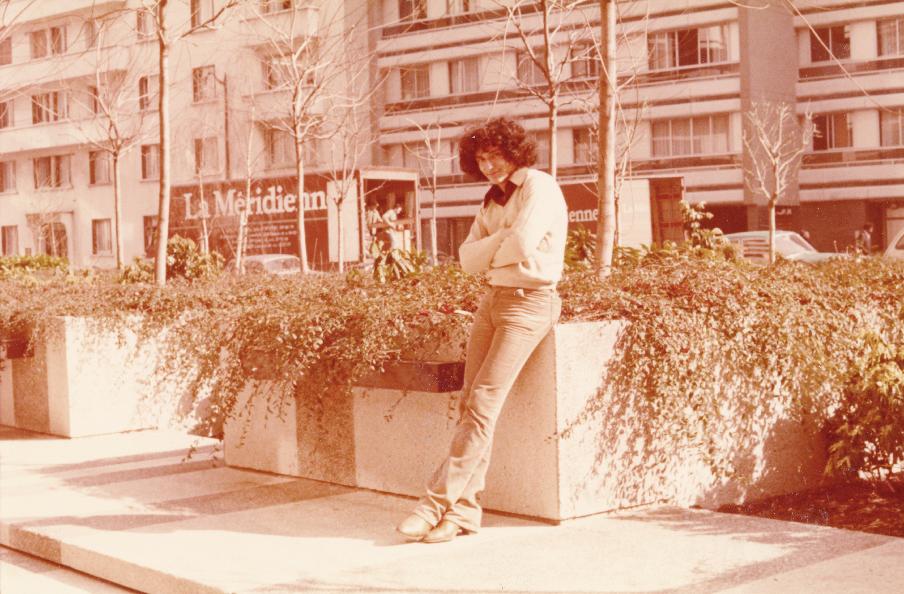 L'immagine è una foto a toni seppia di Bedri Baykam durante il suo viaggio in Francia nel 1978. L'artista ha folti capelli neri rici ed è appoggiato ad un'aiuola a lato di una strada, con alcuni condomini sullo sfondo