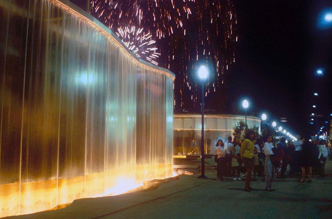 nella foto a colori si vede una cascata di luce illuminata creata da James Wines per l'Expo di Siviglia del 1992