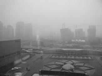 scenario urbano avvolto dalla nebbia