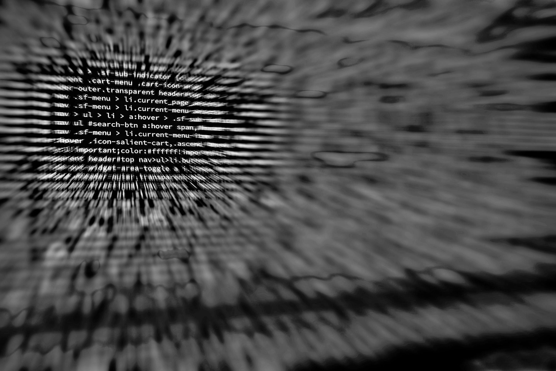 Insieme di lettere e numeri con caratteri bianchi che definiscono un algoritmo, su sfondo nero.