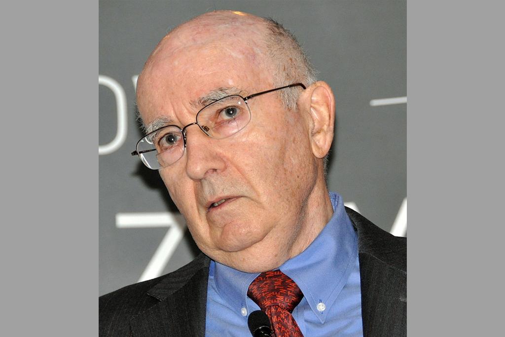 nella foto si vede il Professor Philip Kotler, un signore anziano che indossa occhiali, una cravatta rossa e una camicia celeste
