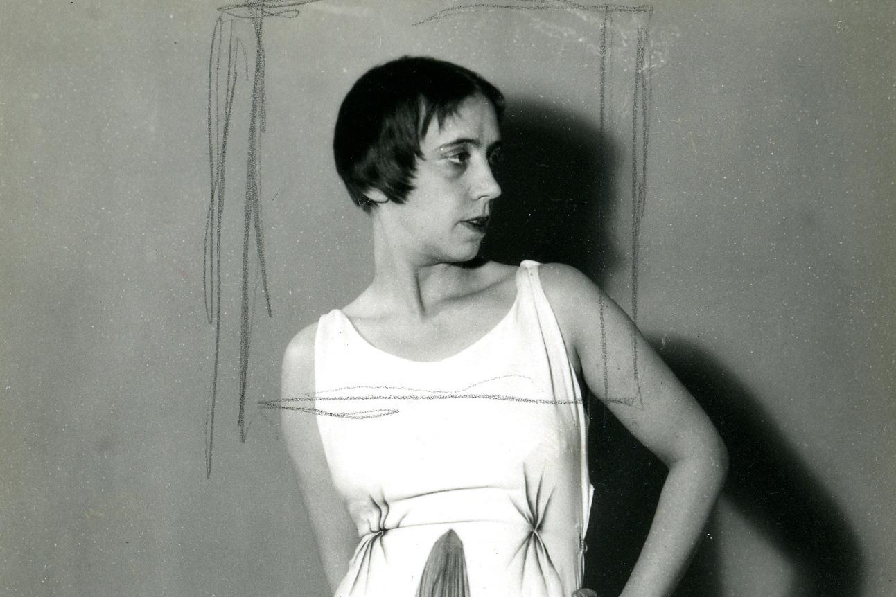 nella foto in bianco e nero si vede la stilista Elsa Schiaparelli di profilo, con i capelli a caschetto e un abito estivo a maniche corte