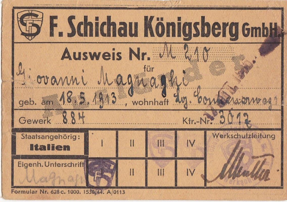 nella foto a colori si vede un foglio che è il lasciapassare di un campo di concentramento con il nome di Giovanni Magnaghi.