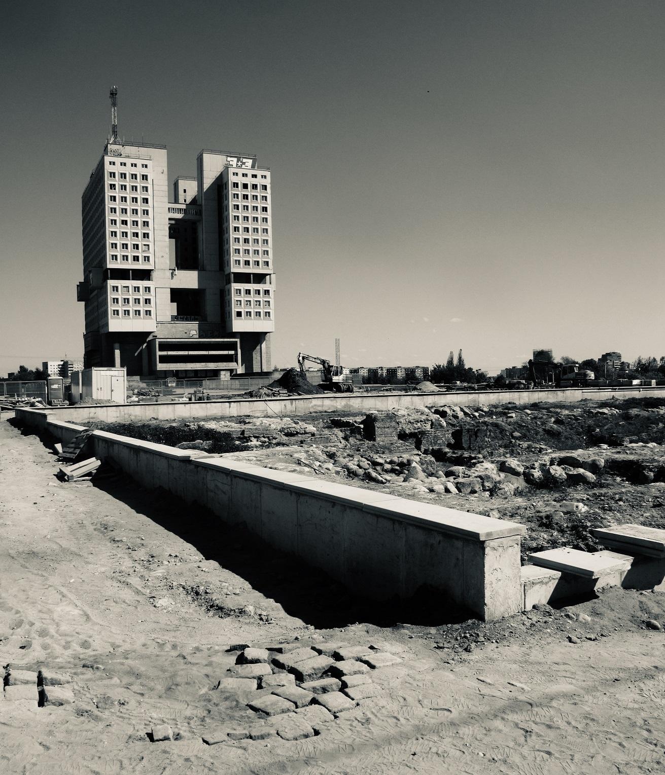 nella foto in bianco e nero si vede un palazzo, il palazzo dei soviet, con un'antenna sul tetto.