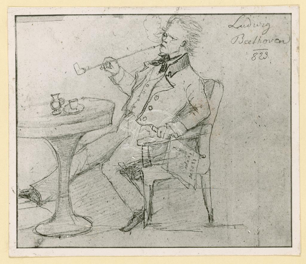 disegno in cui il grande compositore Beethoven è ritratto seduto a un caffè mentre fuma una lunga pipa, un giornale tenuto nella sua mani sinistra.