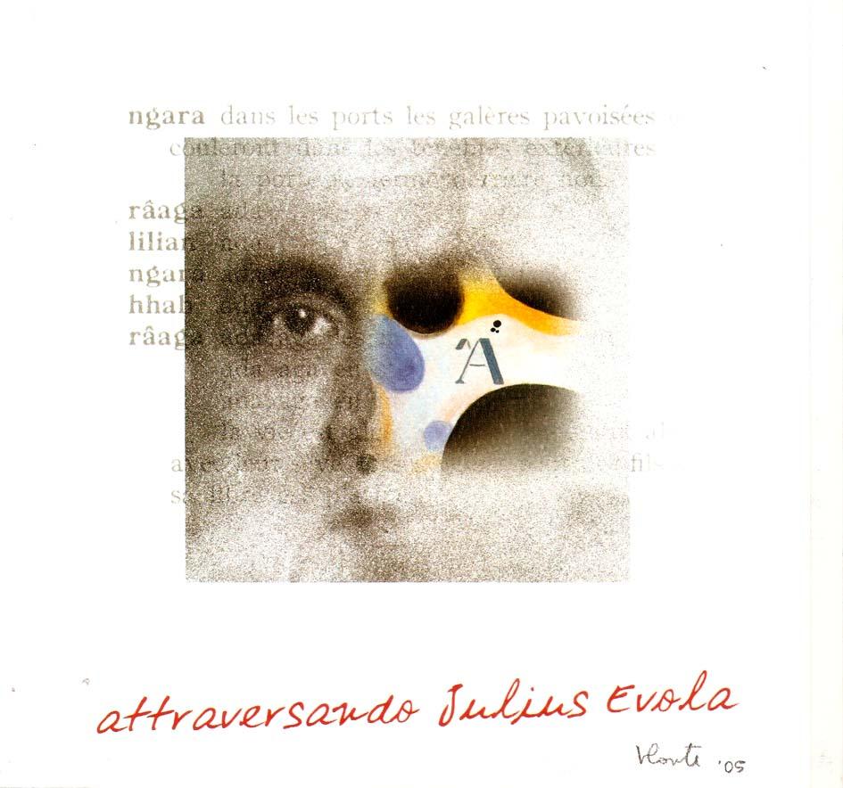 """Nella immagine a colori si vede, sopra parte del testo di un libro, un occhio sinistro e, a destra, tre buchi. Sotto questo pseudo volto si legge la scritta """"attraversando Julius Evola"""""""