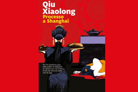 L'immagine mostra la copertina del libro processo a Shanghai di Qiu XIaolong. La copertina mostra due donne su fondo rosso, una in primo piano, vestita di nero di spalle con i capelli a coda, l'altra sulla destra in secondo piano, sdraiata e apparentemente addormentata