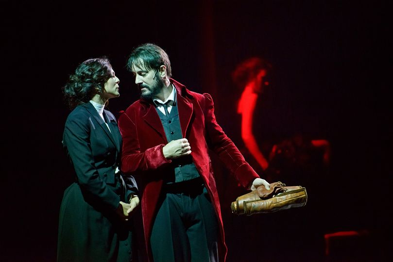 due attori, un uomo e una donna sulla scena, vestiti con abiti settecenteschi