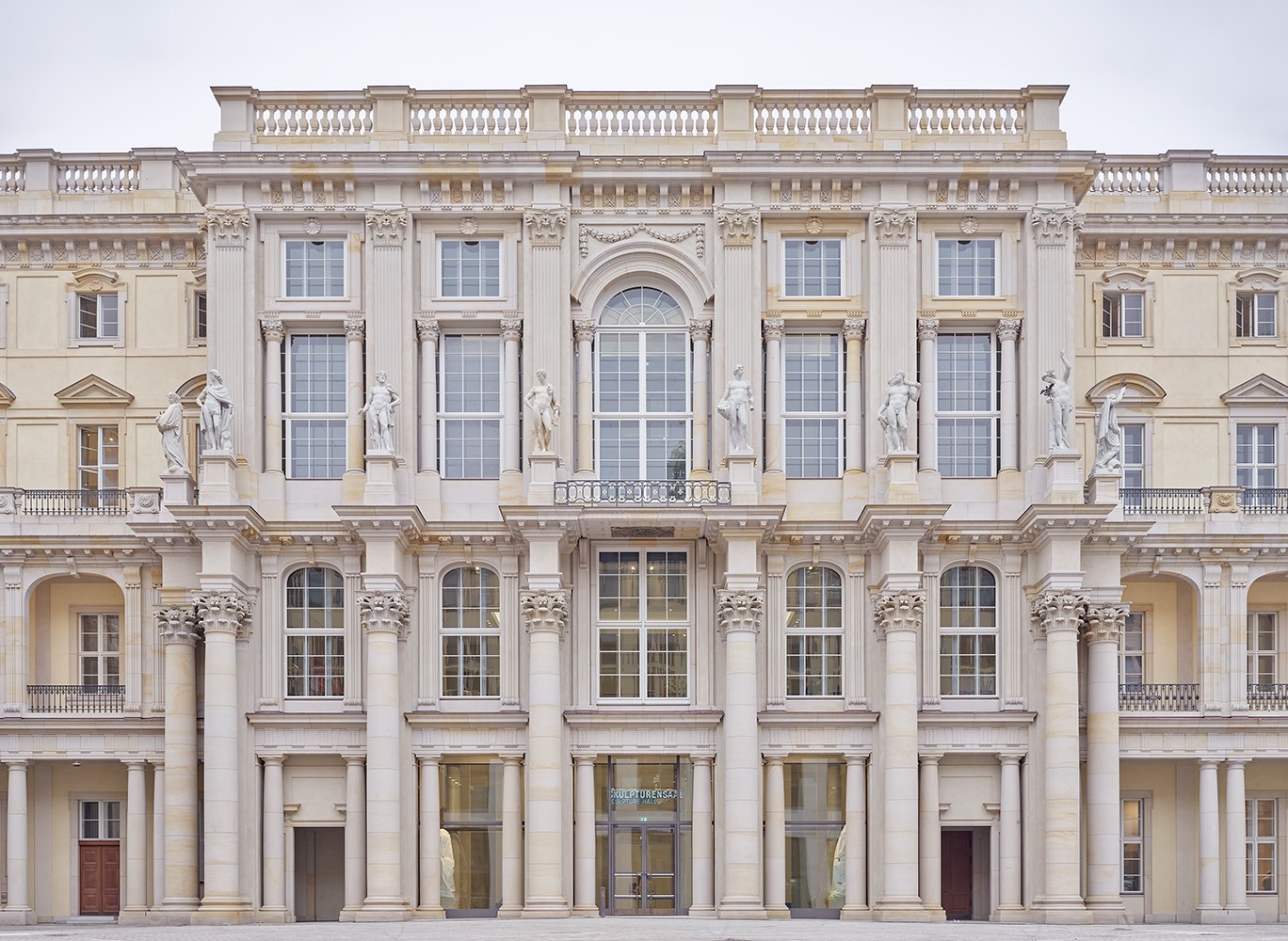 Fotografia della facciata barocca interna dell'Humboldt Forum, museo a Berlino