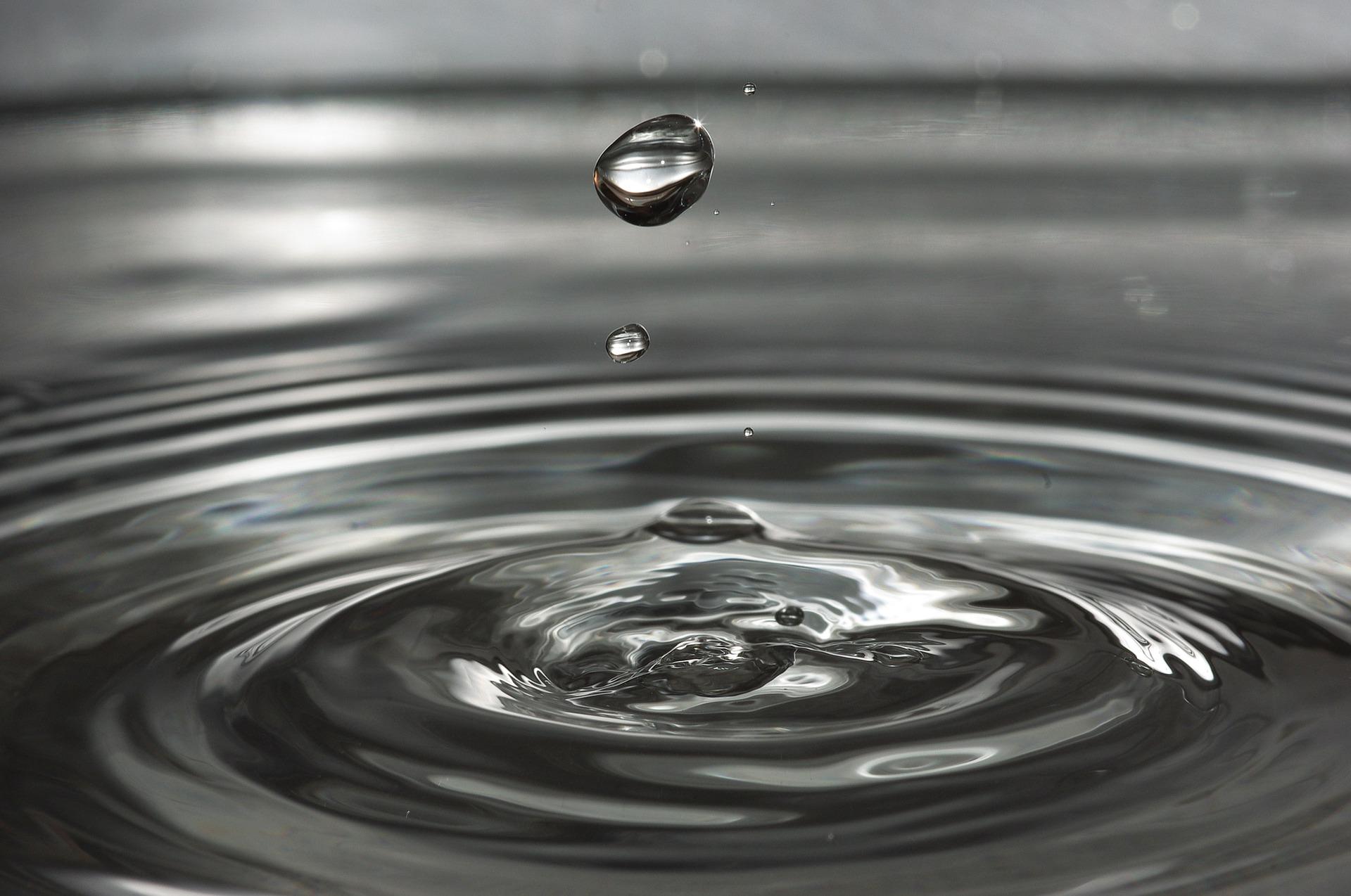 la caduta di una goccia in una distesa d'acqua genera una serie di cerchi concentrici
