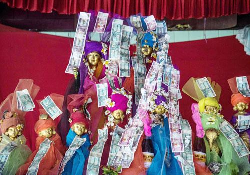 Marionette colorate del Myanmar, per gli spettacoli in tempo di Covid