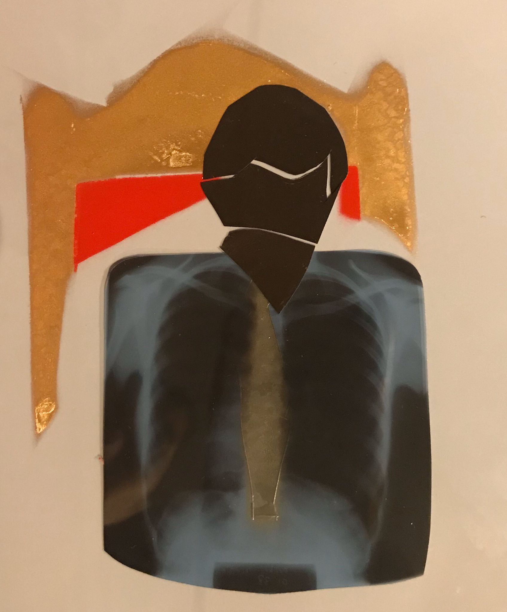 busto di un uomo stilizzato, espresso con tecnica radiografica usata dell'artista con sopra una cravatta color pastello, sullo sfondo la spalla dello scranno su cui siede il presidente del Consiglio
