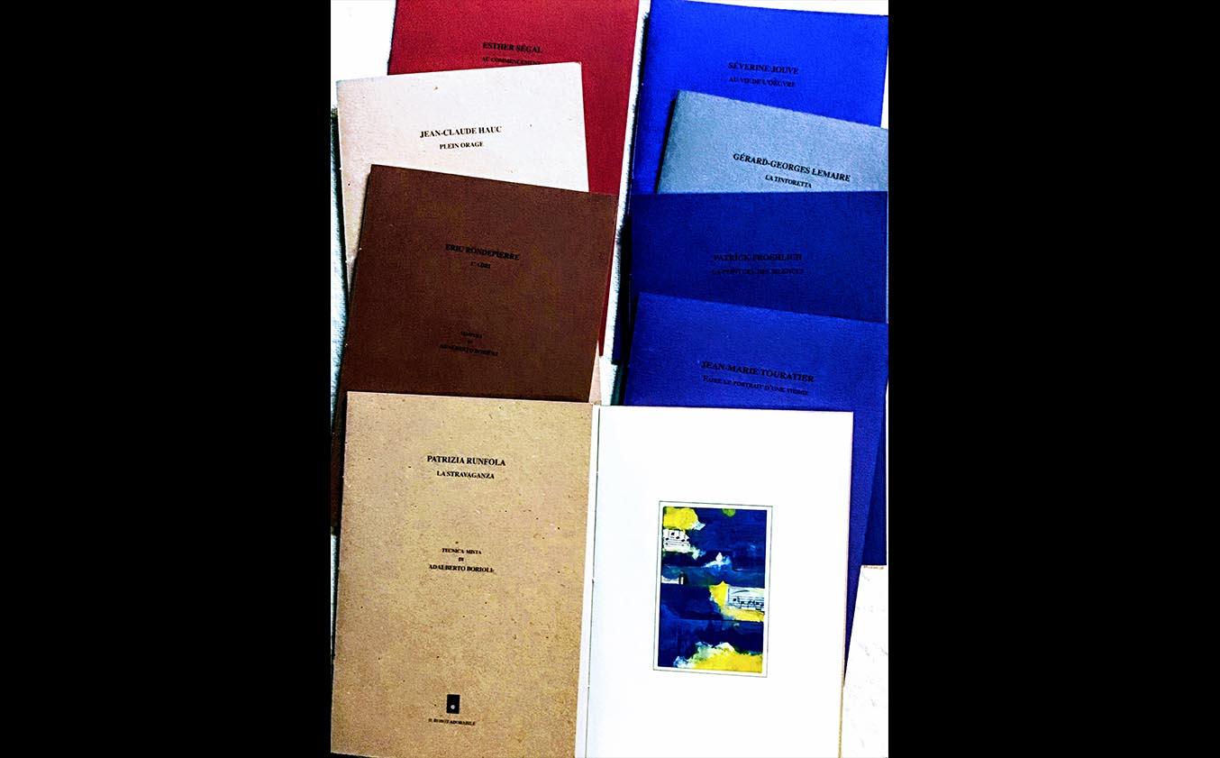 doppia serie di libri dalla copertina colorata allineati in verticale