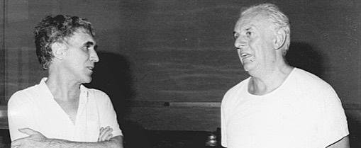 fotografia di due uomini che parlano