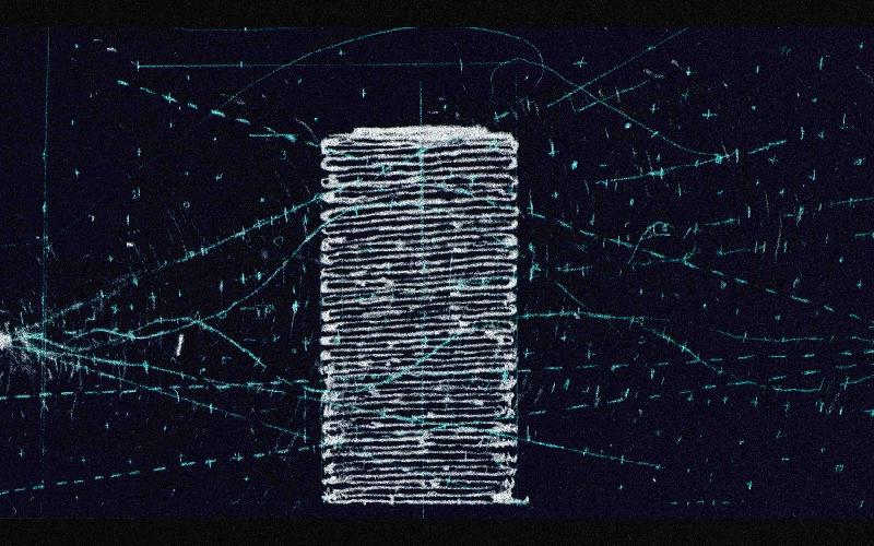 l'immagine è un fotogramma estrapolato da un video animato dell'artista William Kentridge. Il fotogramma in questione mostra una sagoma bianca a zig zag su fondo blu petrolio, circondata da altri segni azzurri
