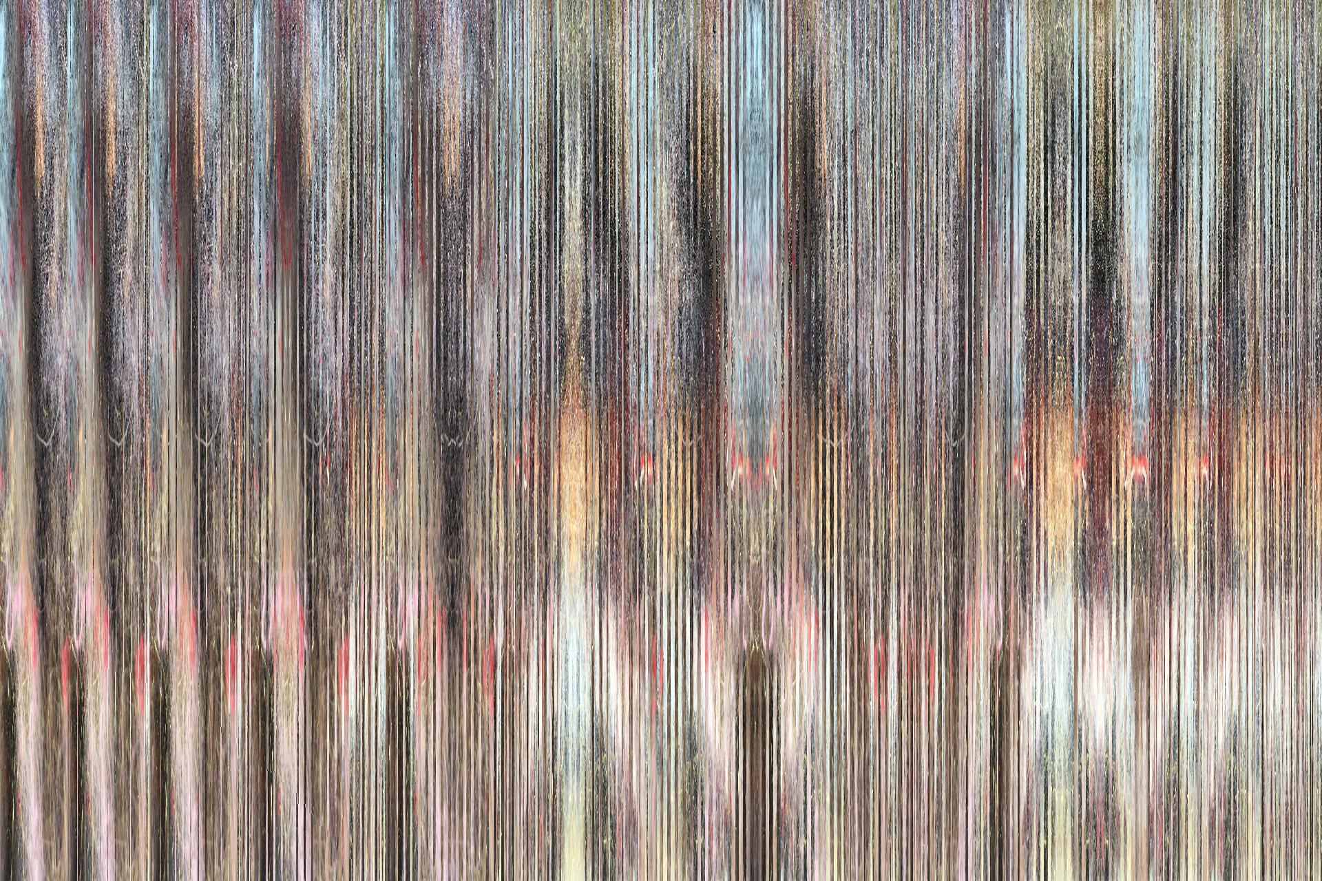 """L'immagine mostra l'opera """"Quantum chaos"""" dell'artista Paul Thomas. Una superficie composta da numerose e fitte linee verticali che rendono un'immagine distorta ed incomprensibile"""