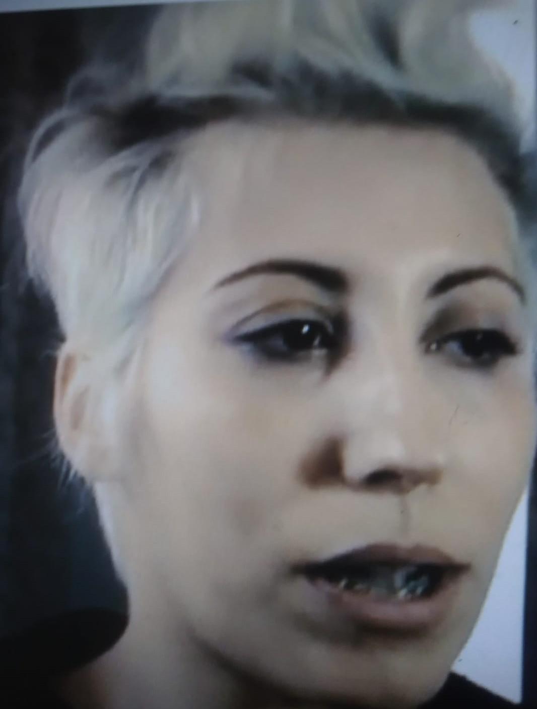 nella foto a colori si vede il volto in primo piano della cantante Malika Ayane con i capelli corti mossi di colore biondo e nero